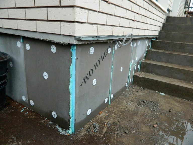 Выравнивание стен фасада под отделку, отделка цоколя